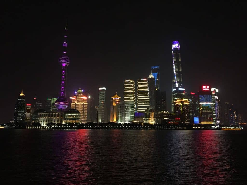 Sicht auf die Skyline von Shanghai bei Nacht